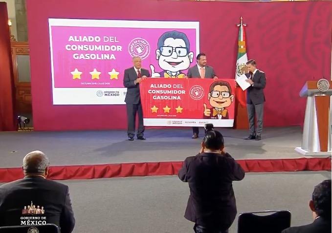 Presidente de México y titular da la Profeco dan distintivo a Gasolinera aliada delConsumidor